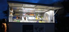 Solar-powered kiosks in Africa offer groceries, light and electricity. Helping off-the-grid communities.  Un kiosque alimenté par des panneaux solaires offrent des aliments, de l'électricité et de la lumière aux communautés qui n'ont pas accès à l'électricité.