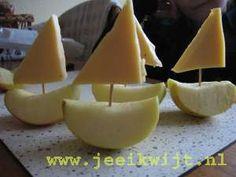 Traktatie: bootje van appel en kaas.