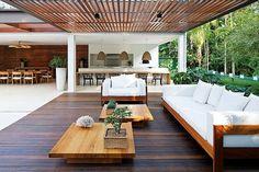 Adoramos tudo! cores, móveis e a disposição da área gourmet , mesa e área de estar/pergolado. Guarujá Residence by Patricia Bergantin Arquitetura