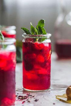 This Raspberry Hibiscus Iced Tea recipe is flavored with fresh raspberries mint Red Tea Detox Detox Tea Diet, Detox Kur, Detox Drinks, Cleanse Detox, Health Cleanse, Weight Loss Tea, Weight Loss Detox, Weight Gain, Iced Tea Recipes