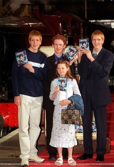 Weasley Family cast Harry Potter and The philosopher Stone - Claire R - Harry Potter Ginny Weasley, Hermione, Harry Potter Characters, Harry Potter Fandom, Hogwarts, Daniel Radcliffe, Familia Weasley, Phelps Twins, Fred