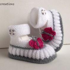 Chaussons bébé tricot fait main, blanc, papillon fuschia en coton ,0/3 mois.@nana-créations alittlemarket.com