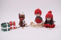 Julen nærmer sig med hastige skidt, og inden vi ser os om siger kalenderen – December. Jeg er vild med julen, og hvad det alt indebære af julebag, hygge, familien og ikke mindst julehæklerierne. Jeg har for alvor taget hul på julehæklerierne, og julestemningen er så småt begyndt at sprede sig. Jeg glæder mig til at dele de nye juleopskrifter med jer, og de vil løbende blive lagt op på siden. De første ting der er hoppet af nålen er bl.a årets drillenisser fra sidste år. Drillenisserne findes…