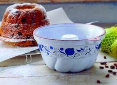 Kedysi sa bábovka servírovala ku káve v každej kaviarni či jedálni. Dnes bola nahradená modernejšími koláčikmi a sušienkami. Vráťte sa do detských čias a upečte si bábovku tak ako to robievali naše babičky. Tableware, Basket, Dinnerware, Tablewares, Dishes, Place Settings