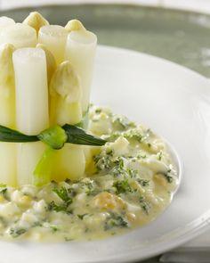 Een echte Vlaamse klassieker is asperges op zijn Vlaams met eitjes. Presenteer ze origineel in een torentje en verras je gasten. Heerlijk en gezond!