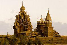 Complexo da igreja russa de madeira por GordonLewis no Flickr.