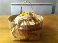 Après avoir réalisé ici un Lunch Bag à partir du site de Pink Pengouin, je vous propose ici, une traduction du tutorial que j'ai arrangé à ma façon. En effet, le sac proposé par Pink Pengouin s'est avéré trop petit pour mon utilisation quotidienne. En...