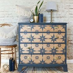 Cutting Edge Stencils shares how to stencil DIY reclaimed wood wall art using a Mandala Stencil pattern. Diy Furniture Decor, Paint Furniture, Repurposed Furniture, Furniture Projects, Diy Home Decor, Flip Furniture, Furniture Design, Furniture Arrangement, Stencils On Furniture
