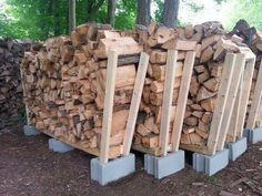 You want to build a outdoor firewood rack? Here is a some firewood storage and creative firewood rack ideas for outdoors. Backyard Projects, Outdoor Projects, Garden Projects, Wood Projects, Backyard Ideas, Outdoor Firewood Rack, Firewood Storage, Stacking Firewood, Into The Woods
