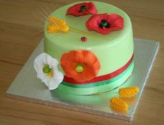 Erdbeer-Quark-Torte mit Mohnblumen und Ähren