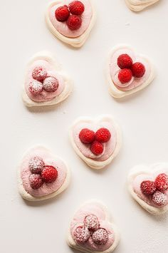 Meringue hearts with raspberry mousse