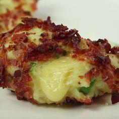 Pieczone kuleczki ziemniaczane z boczkiem, szczypiorkiem i rozpływającym się żółtym serem Czytaj dalej na: http://www.popularne.pl/kuleczki-ziemniaczane/