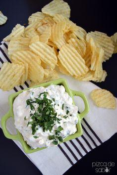 Dip de queso crema con pepinillos  www.pizcadesabor.com