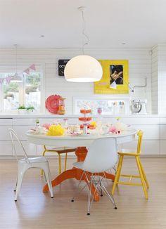 Une cuisine blanche, jaune et orangé