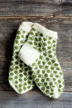 Clover Meadow - socks (pattern is in Finnish) Crochet Socks, Knitted Slippers, Knit Mittens, Knitting Socks, Crochet Yarn, Baby Knitting, Knitted Hats, Knitting Stitches, Knitting Patterns