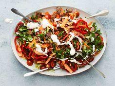 Tässä ruokaisassa tacosalaatissa maistuvat meksikolaiset maut. Viimeistele salaatti kermaviilikastikkeella. Jerusalem Salad, Cooking Recipes, Healthy Recipes, Healthy Food, My Cookbook, Tex Mex, Vegetable Pizza, Pasta Salad, Food Inspiration