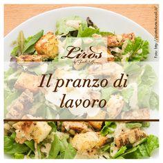 """L'estate porta con sé voglia di fresco e di cibi leggeri. Con questa Caesar Salad composta da lattuga romana, pollo alla griglia e formaggio parmigiano, tutti i palati potranno essere soddisfatti. Passate tutti i giorni per il """"Pranzo di lavoro"""" a Broni (PV)!"""