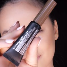 Define brows with the Maybelline Tattoo Studio Eyebrow Gel! This brow gel creates fuller-looking brows that last for 48 hours! - Education and lifestyle Eye Makeup Tips, Eyebrow Makeup, Makeup Geek, Makeup Videos, Beauty Makeup, Tattoo Studio, Grey Hair Home Remedies, Maybelline Tattoo, Makeup Cosmetics