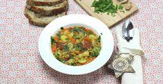 Táto hustá a výdatná hrachová polievka je výborný spôsob ako spotrebovať rôzne zvyšky – koreňovej zeleniny, či údenín. Polievka je ale výborná aj bez mäsa. Risotto, Curry, Ethnic Recipes, Food, Curries, Essen, Meals, Yemek, Eten