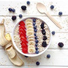 Smoothie bowl de fresas, plátano y frutos rojos (Antioxidante)