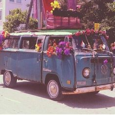 Dreams of a vintage roadtrip - classic VW bus decorated with colorful flowers for a parade. Happy Hippie, Hippie Love, Hippie Style, 70s Hippie, 70s Aesthetic, Aesthetic Vintage, Vw Camper, Travel Camper, Combi Hippie