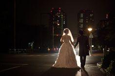 お台場で結婚フォトの撮影。夜の外灯を活かしたナイトロケーションウェディング。