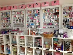 Georgetown Cupcakes ~ love the organized displays, decorative items and toppings. Baking Storage, Baking Organization, Cake Storage, Georgetown Cupcakes, Bakery Kitchen, Home Bakery, Bakery Decor, Bakery Design, Bakery Store