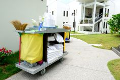 The perfect hotel housekeeping cart. El carro perfecto.