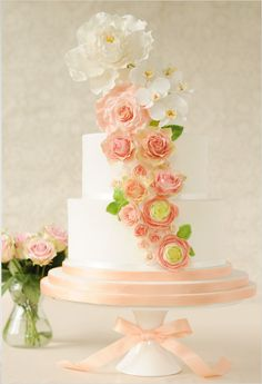 peach wedding cake Love the flowers on this one @Sophie LB Killingbeck