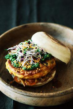 Die Aromen der indischen Küche verpackt in einem Burger mit Kartoffelbratling und verschiedenen Chutneys.