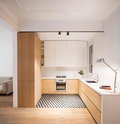 L'architecte espagnol Adrian Elizalde nous a gentiment fait parvenir sa dernière réalisation, la rénovation d'un appartement de 65 m2 à Barcelone dans le quartier Eixample, dans la même lignée que son précédent projet présenté il y a deux ans. À l'origine, l'appartement était en piteux état et offrait des pièces sombres en raison de subdivisions excessives. Le patio est très étroit et reçoit à peine la lumière. Sauf pour les deux chambres à côté de la façade principale...