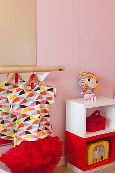 Lastenhuone on rohkeasti vaaleanpunainen ja se on maalattuTikkurilan Harmony-maalilla, sävyt J338, H339 ja F458 #asuntomessut #harmony # tikkurila #sisustus #sisämaalaus #maalaus #trendit #efektiseinä #lastenhuone #pinkki #vaaleanpunainen #uniikki