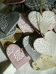 coeurs impression dentelle - My list of best Diy and Crafts Polymer Clay Crafts, Diy Clay, Polymer Clay Jewelry, Clay Christmas Decorations, Christmas Crafts, Christmas Ornaments, Box Decorations, Noel Christmas, Christmas Activities