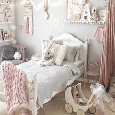 Monday already! The last 3 weeks have just flown by and it's less than a week till Christmas.  Hope you are starting to unwind and are somewhat ready for the festivities next weekend Bedroom perfection by @missariarose featuring our medium bow hook in pastel pink and our bow shelf from our collab with @mitahli_designs  Eyebrow Makeup Tips