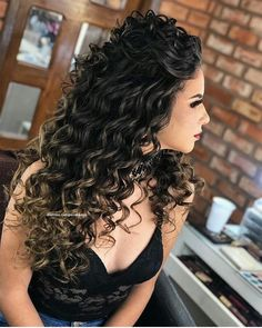 A imagem pode conter: 1 pessoa, close-up in 2020 Curly Bridal Hair, Curly Hair Dos, Colored Curly Hair, Curly Hair Styles, Permed Hairstyles, Wedding Hairstyles, Long Natural Curls, Wedding Hair Inspiration, Prom Hair