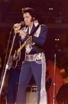 Elvis Presley performing in the Silver Phoenix Suit (fan given name: White Eagle Suit) and wearing the Black Phoenix suit belt at Von Braun Civic Center in Huntsville, AL on Friday, 30 May 1975 pm) Musica Elvis Presley, Elvis Presley Biography, Elvis Presley Concerts, Elvis Presley Family, Elvis In Concert, Lisa Marie Presley, Priscilla Presley, Memphis Mafia, Elvis Presley Pictures