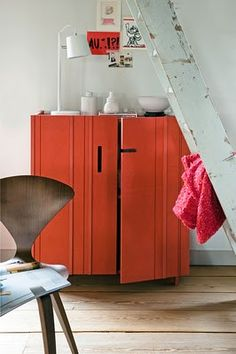 update an old cupboard with Pantone 2012 color : tangerine tango!