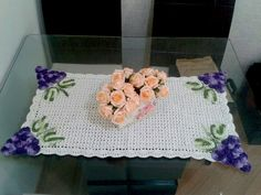 Toalha decorativa para mesa feita à mão em crochê com barbante cru e aplicações de uvas em crochê nas bordas.    Não acompanha a flor de centro decorativa. R$ 45,00