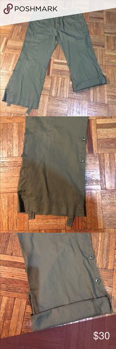 BITTEN by Sarah Jessica Parker size 16 This is a very nice pair of cargo pants by Sarah Jessica Parker size 16 olive green dimensions are weighs 43 hips 49 inseam 27 Lane 35 1/2 BITTEN Pants Capris
