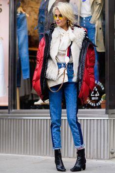 Caro Daur usa calça skinny jeans, puffy jacket sobre fluffy coat, lenço no pescoço e skinny boots.