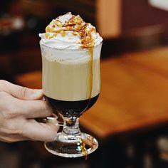 Opa, vem logo que a calda de caramelo está escorrendo! 😱😍😍 Este é o nosso delicioso Café Latte Caramelo! #CiaMineiradeChocolates #FoodPorn #CoffeeTime #CoffeeLovers