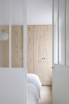 Home workshop, 54 m² in the Folie Méricourt district - View of the bedroom presented in the article Atelier Domicile by Sloft Magazine. Design Living Room, Living Spaces, Design Bedroom, Home Bedroom, Bedroom Decor, Bedroom Ideas, Home Workshop, Cute Dorm Rooms, Wood Interiors