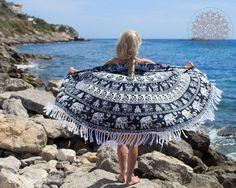 Nieuw in de webshop: de Call it Fouta roundies! Trend op de stranden; het ronde strandlaken. Je hoeft niet meer mee te draaien met de zon. Je blijft gewoon op jouw stranddoek liggen; hoe fijn is dat?! Verkrijgbaar met en zonder franjes. Shop at: https://www.mbstylingshawls.nl/shop/pure-kenya-strandlaken/call-it-fouta-gypsy-roundie-black-and-white-met-franjes/?utm_content=buffer54809&utm_medium=social&utm_source=pinterest.com&utm_campaign=buffer Prijs: 29,50 euro.  #callitfoutaroundie…
