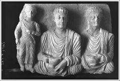 Tombeau de Iarhaï, exèdre sud, bloc avec bas-relief de trois personnages : deux hommes en buste et un enfant en pied, Palmyre, Syrie | 1923