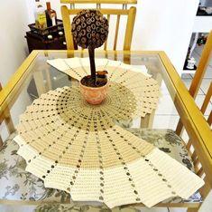 Crochet ideas that you'll love Crochet Table Mat, Crochet Table Runner Pattern, Crochet Tablecloth, Spiral Crochet, Crochet Motif, Crochet Patterns, Diy Crafts Crochet, Crochet Home, Crochet Flower Tutorial