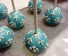 A Whimsical Winter Treat: Upside-Down Cake Pops With Snowflakes Christmas Cake Pops, Christmas Food Gifts, Christmas Desserts, Christmas Recipes, Holiday Crafts, Snowflake Cake, Little Snowflake, Snowflakes, Snowman Cake Pops