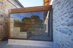Sauna de exterior KUBIK de INBECA Wellness Equipment. La sauna que une arquitectura minimalista y relax máximo Saunas, Interior Exterior, Balcony, Barcelona, Spa, Frame, Painting, Home Decor, Relax