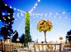 déco pour anniversaire en plein air - guirlandes lumineuses et centre de table floral