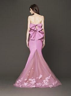 ヴェラ・ウォン ブライド銀座本店(VERA WANG BRIDE)   トレーンの立体的なフラワーモチーフ&リボンがフェミ