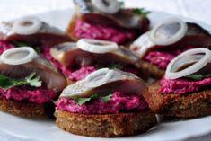 Гренки с сельдью и свекольным салатом. Просто и нереально вкусно